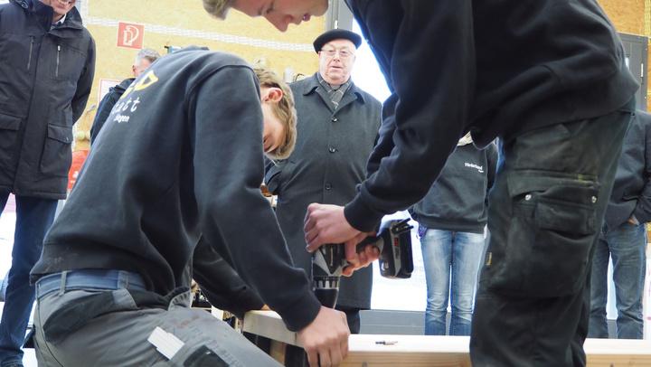 Besuch in Siegen 2018: Gespannt schaute Erzbischof Hans-Josef Becker zu, wie die Jugendlichen die letzten Handgriffe an seiner Gartenbank vornahmen.