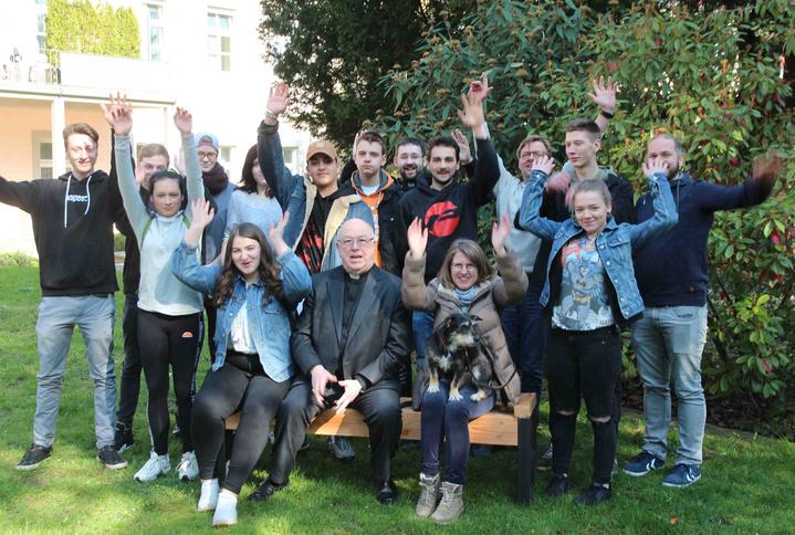 Von Siegen nach Paderborn: Die Teilnehmer der Jugendwerkstatt Förderband brachten Erzbischof Hans-Josef Becker (M.) eine von ihnen gebaute Gartenbank. Auch Werkstatt-Hündin Maggy war mitgekommen.